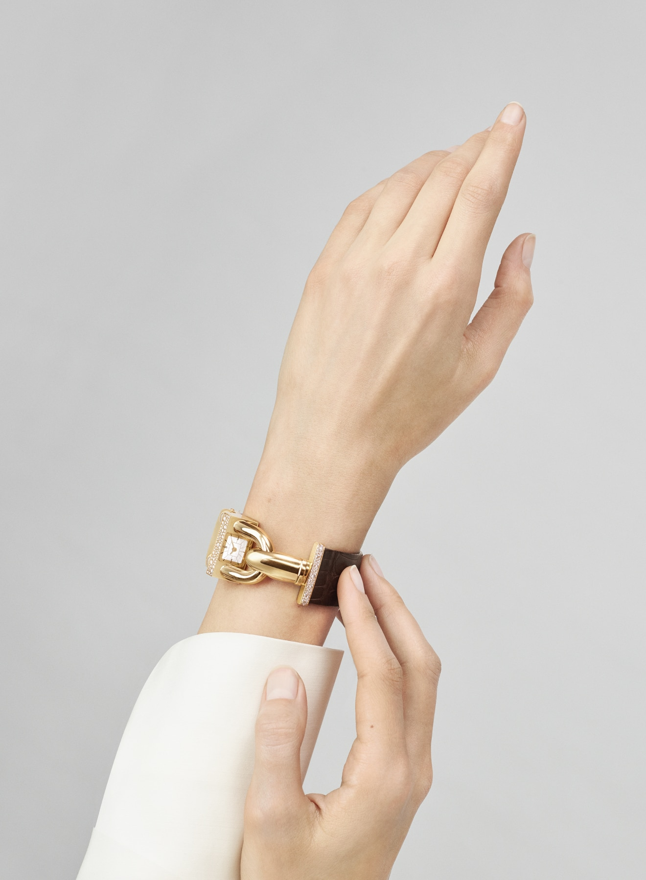 Cadenas collection, watch, yellow gold, brown leather and diamonds, hand pointing upwards, Van Cleef & Arpels