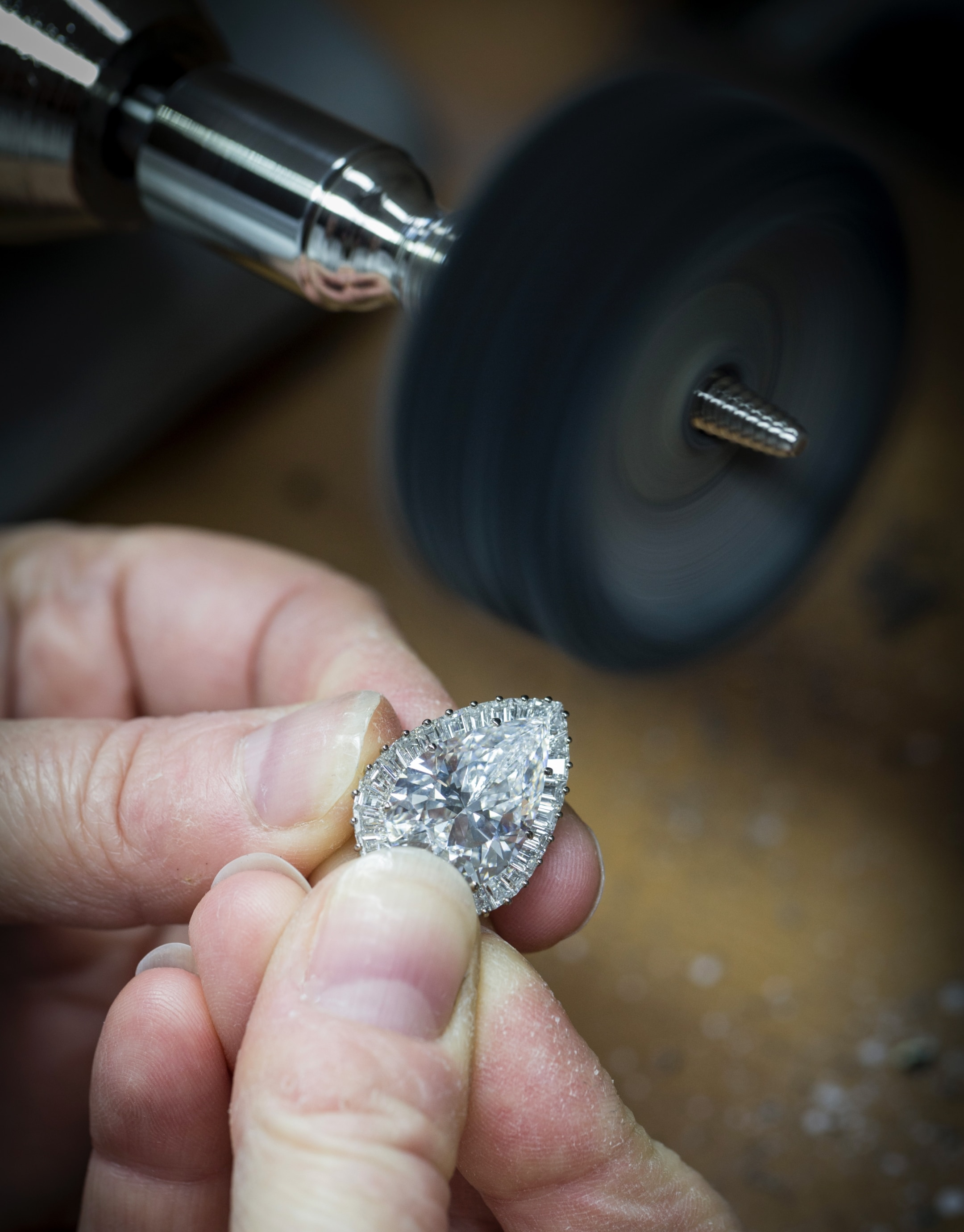 Polishing of the mounting of the center diamond, Van Cleef & Arpels