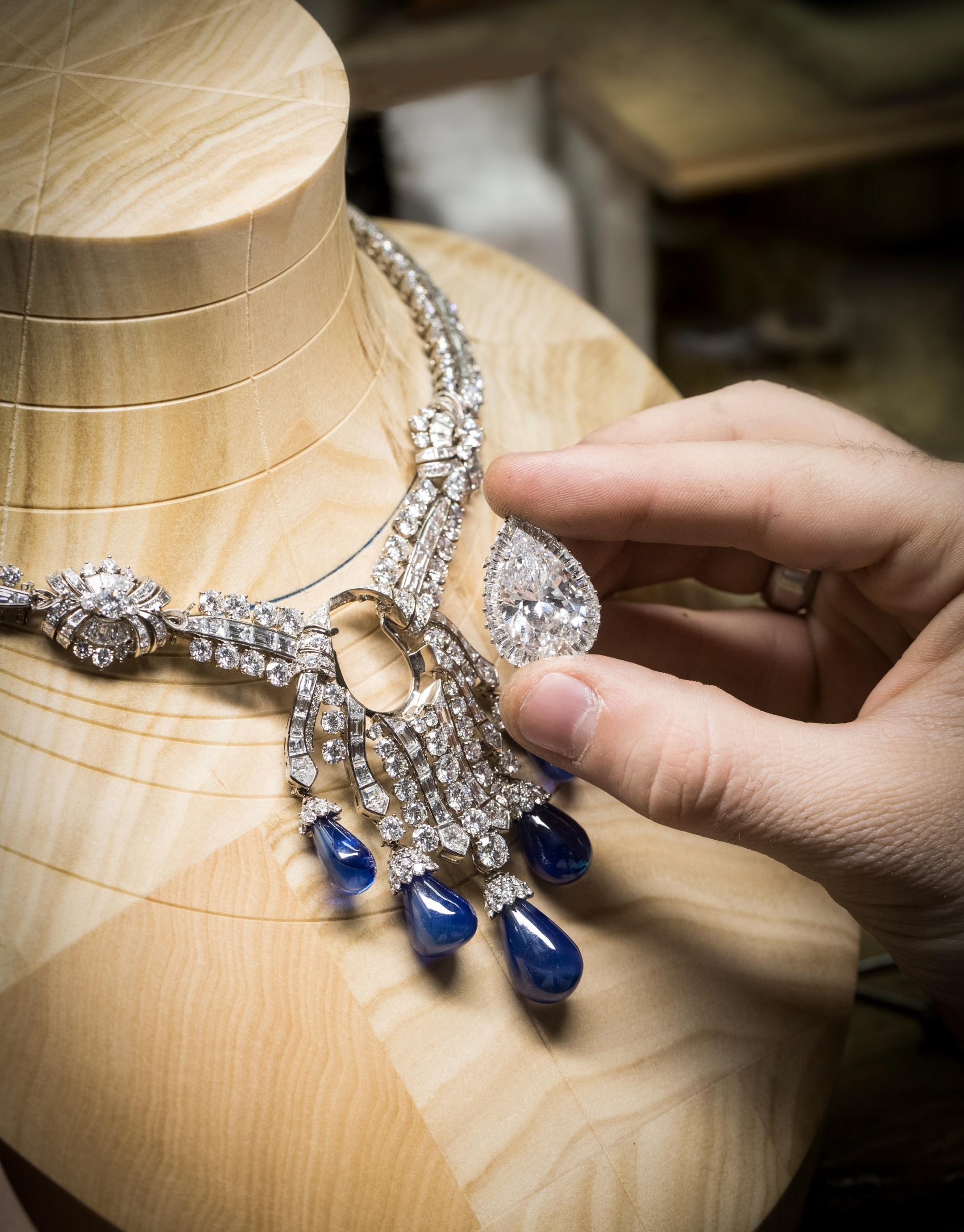 Checking of the fit between the central motif and the main necklace mounting, Bleu Absolu necklace.